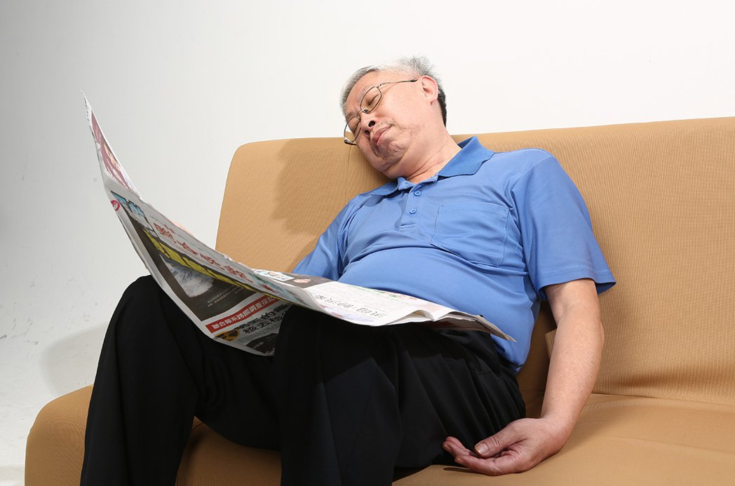 帶著工作入睡看似無傷大雅,事實上會阻礙肝運作而影響到腦,反耗損創造力。 圖/報系...