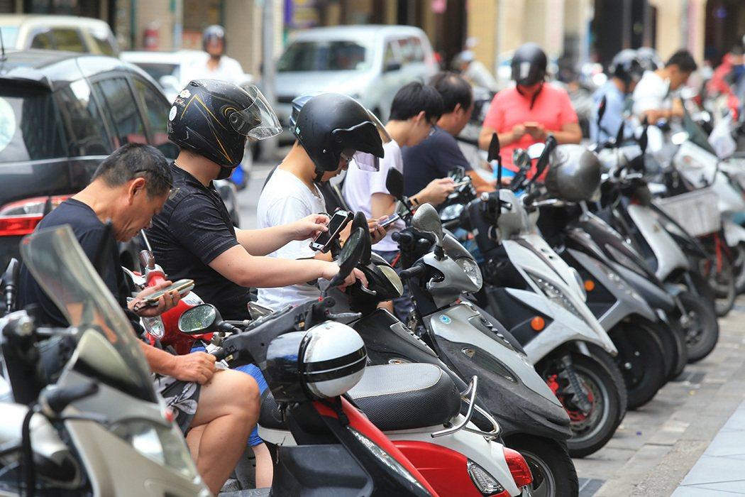 台灣人緊盯螢幕的時間長達7.8小時。 圖/報系資料庫