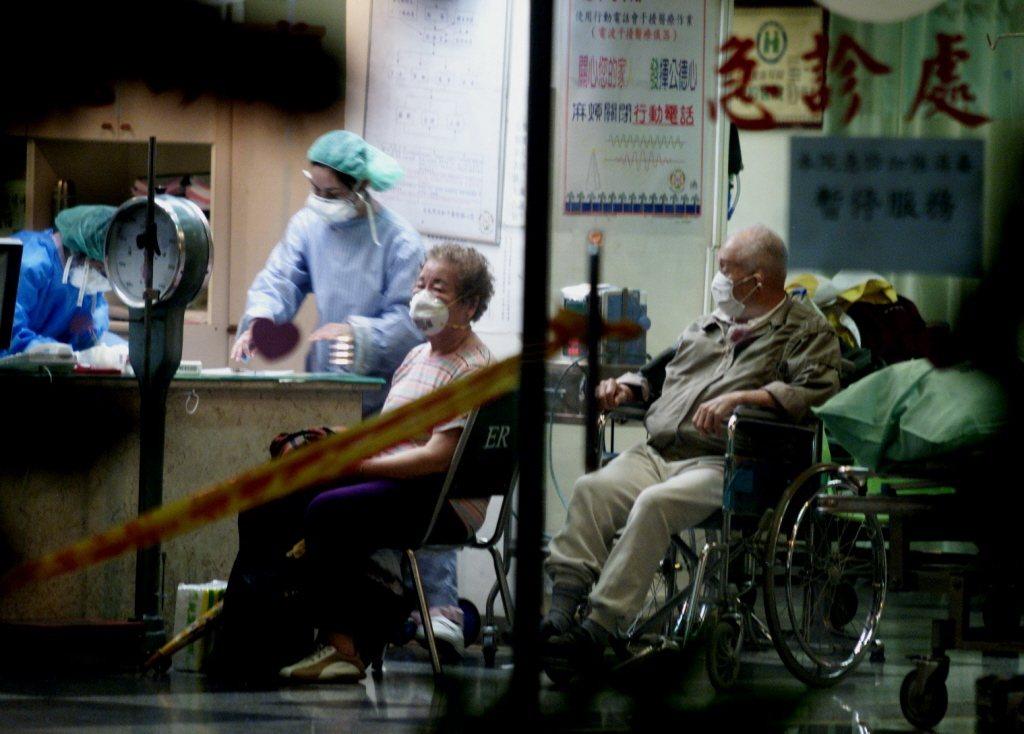 台北市和平醫院召回醫護人員並封院,院內醫護人員身穿隔離衣工作。記者邱勝旺/攝影