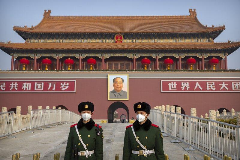 天安門廣場前戴上口罩的中國公安,攝於1月27日,北京。 圖/美聯社