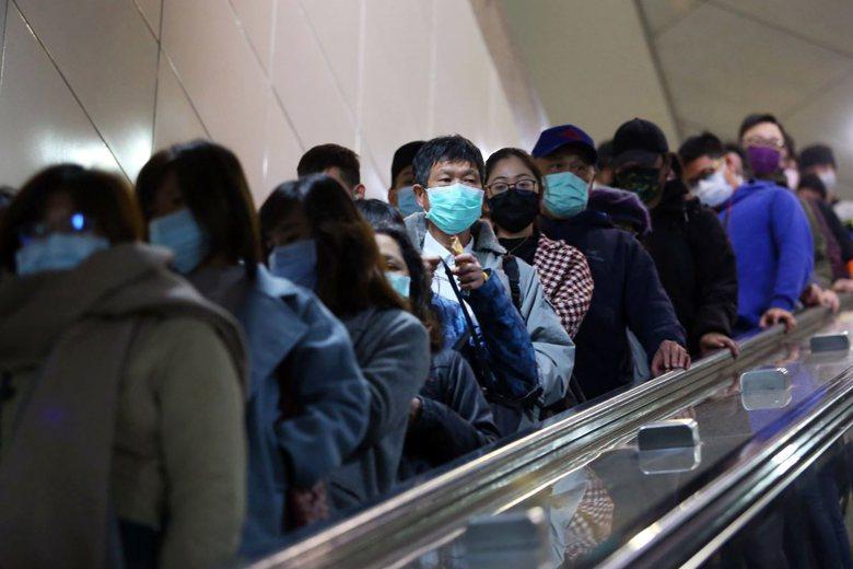口罩禁出口禁令,確實能在臺灣社會達到穩定民心的作用。圖為台北捷運,民眾紛紛戴起口罩防疫。 圖/聯合報系資料照