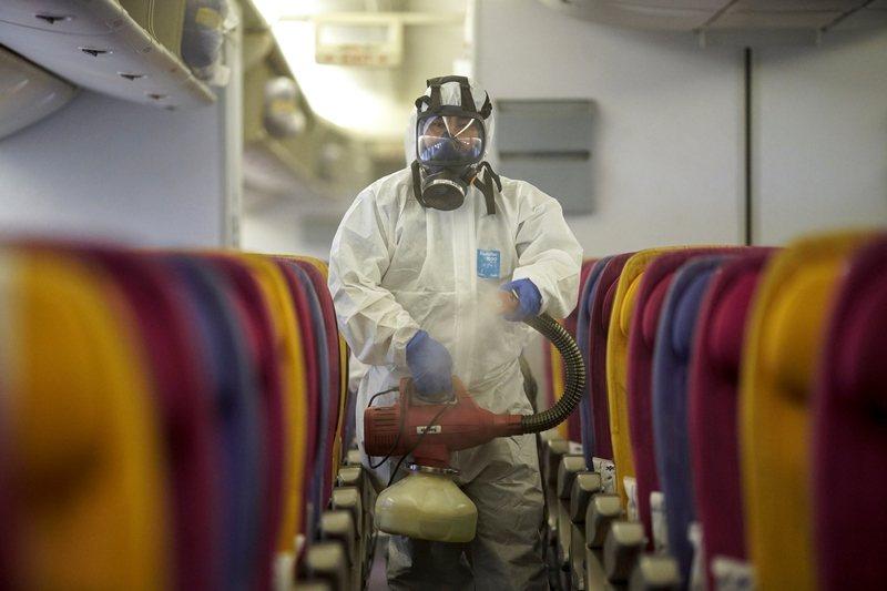 公開宣告PHEIC,足以令其他國家著手進行防疫準備。圖為泰國航空消毒作業,攝於1月28日,曼谷素萬那普機場。 圖/路透社