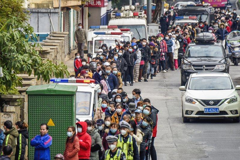 PHEIC是指對人類健康威脅「異常重大」的公共衛生事件。圖為民眾排隊購買口罩,攝於1月29日,廣西。 圖/美聯社