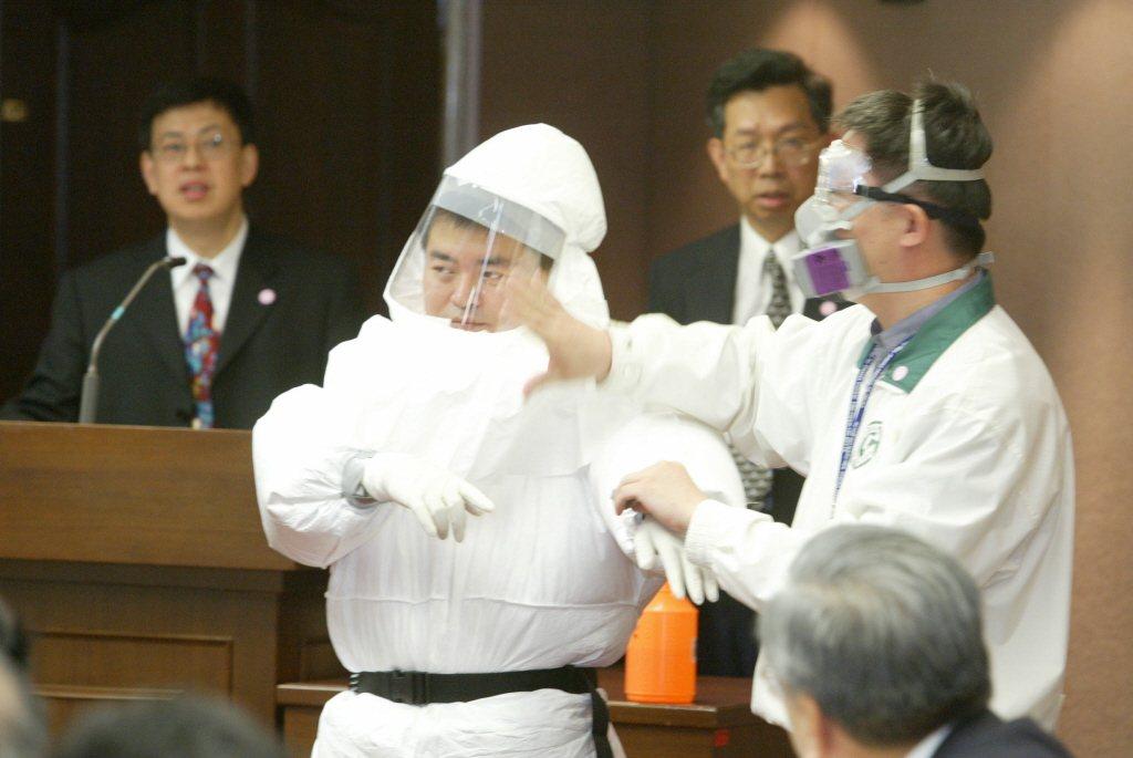 SARS時期衛生署長陳健仁(左)和SARS時期疾管局局長蘇益仁(右二)在會中看著...
