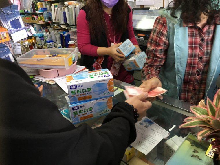 武漢肺炎疫情擴增,民眾開始瘋狂搶購口罩。 圖/聯合報系資料照