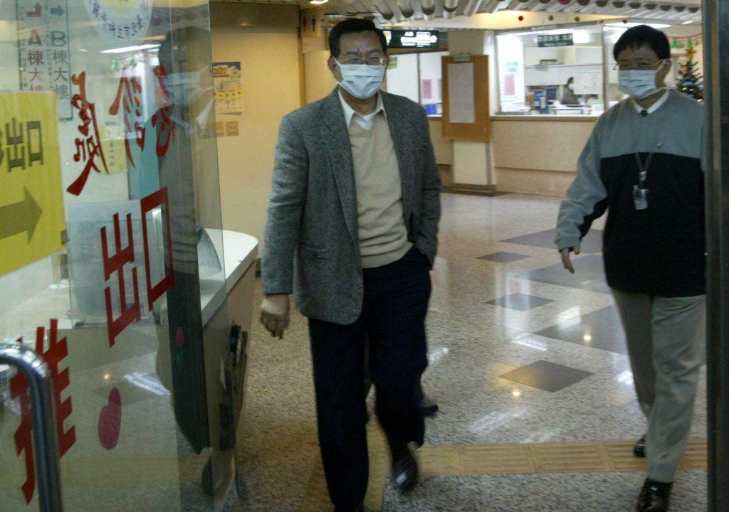 SARS時期疾病管制局局長書蘇益仁到和平醫院為員工打氣。記者陳再興/攝影