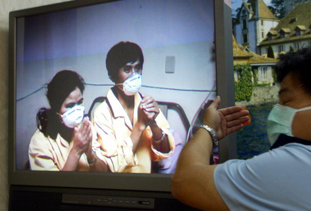 被視為和平醫院超級感染原的曹女士與他的夫婿蕭先生,在隔離的松山醫院以錄影的方式首...