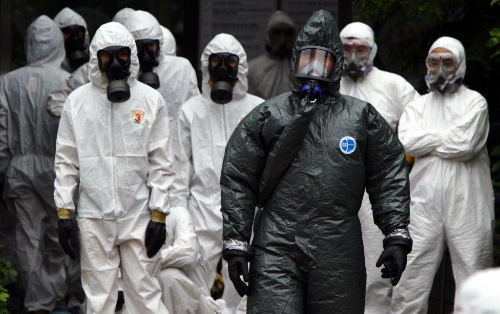 2003年5月13日,陸軍化學兵進場消毒。和平醫院封院於5月8日結束。 圖/聯合報系資料照