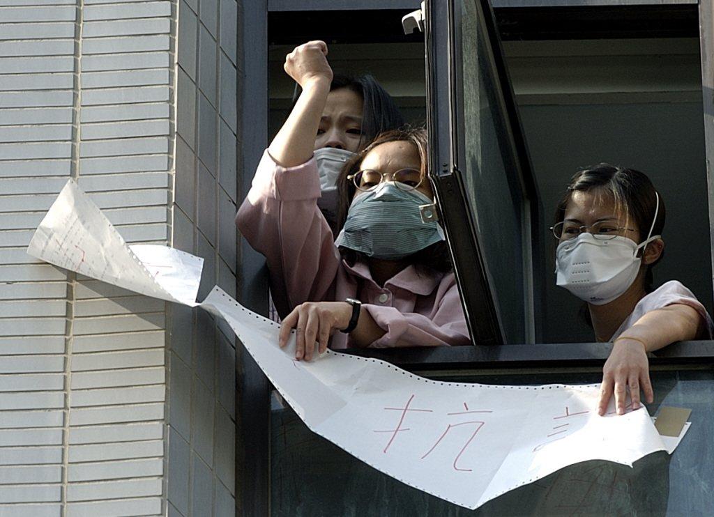 2003年4月24日,和平醫院醫護人員抗議院方隔離不當,要求衛生署不要讓他們在醫院「等死」。 圖/聯合報系資料照