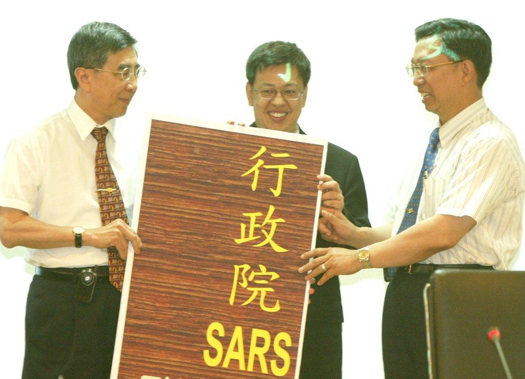 SARS時期,抗煞總指揮李明亮(左)及衛生署長陳建仁(中),將日後抗SARS的重...