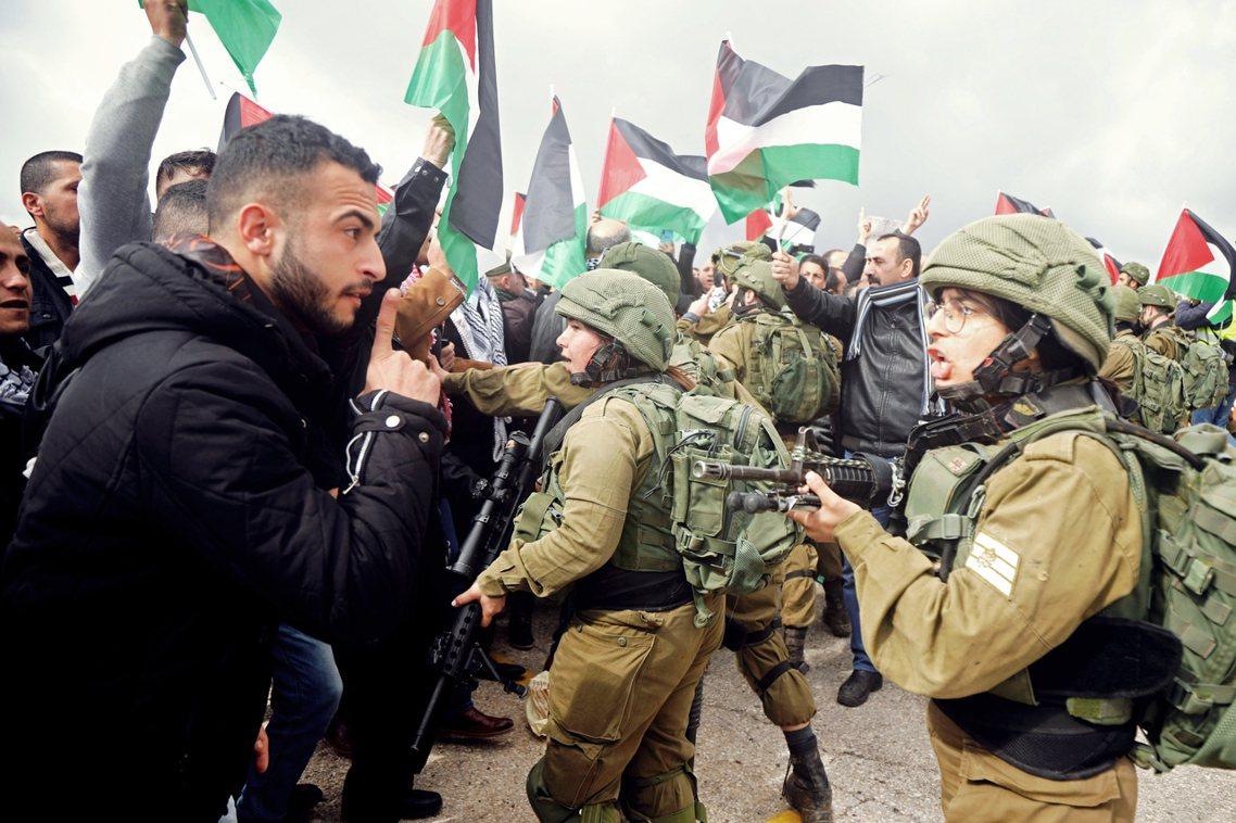 2020年1月29日,在巴勒斯坦領下的約旦河谷,一名參與抗爭的巴勒斯坦人,正與實...