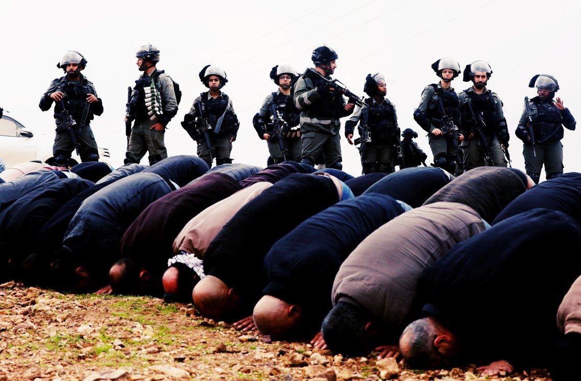圖為約旦河西岸的巴人城市圖巴斯(Tubas),一批以色列士兵正在監視著抗爭巴人朝...