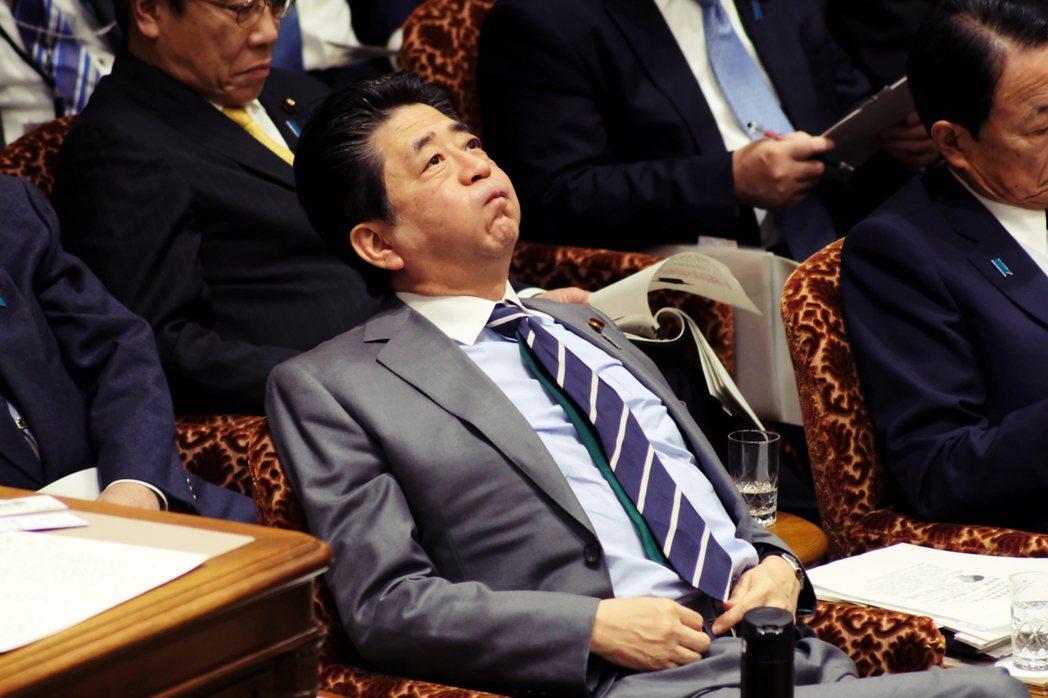 圖為1月30日在參院預算委員會上的首相安倍晉三。針對撤僑後有人拒絕檢查的爭議,對...