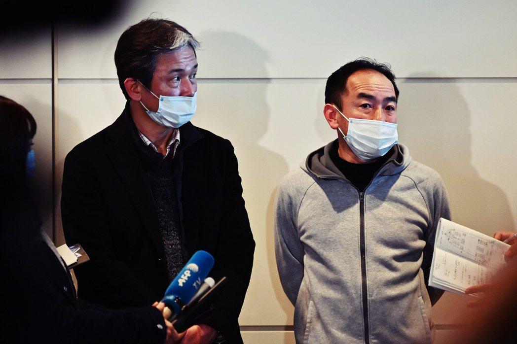 首批從武漢返回的日僑:青山健郎(左)與加藤孝之(右)。29日兩人在東京羽田機場接...