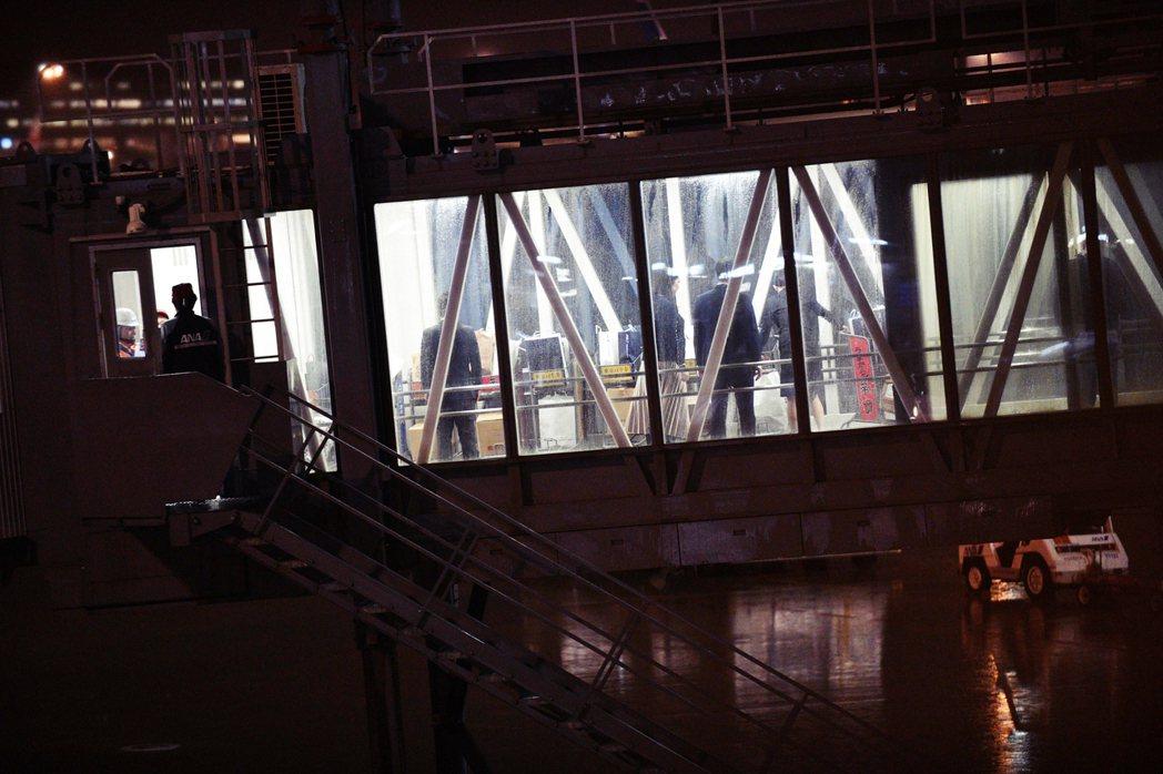 1月28日深夜,在東京羽田機場的撤僑專機,厚勞省的工作人員也到場協助。 圖/法新...