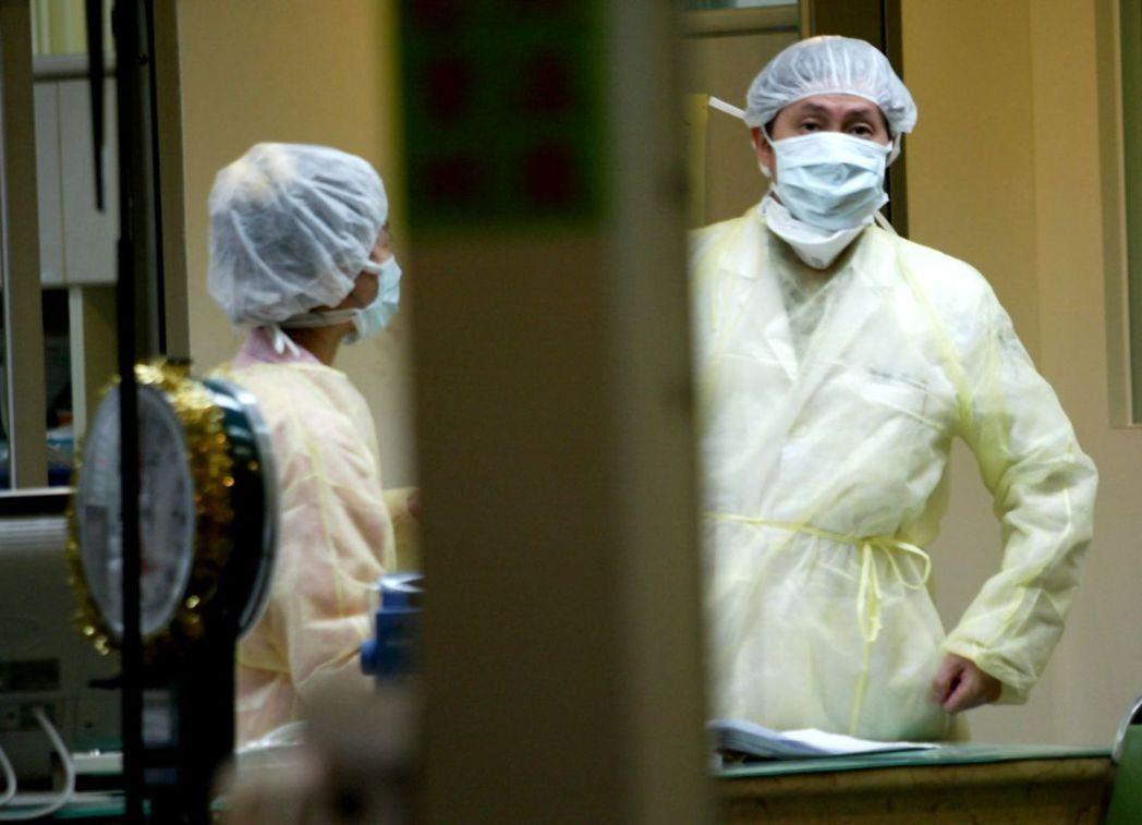 和平醫院醫護人員全副武裝防範 報系資料照 記者黃國有/攝影