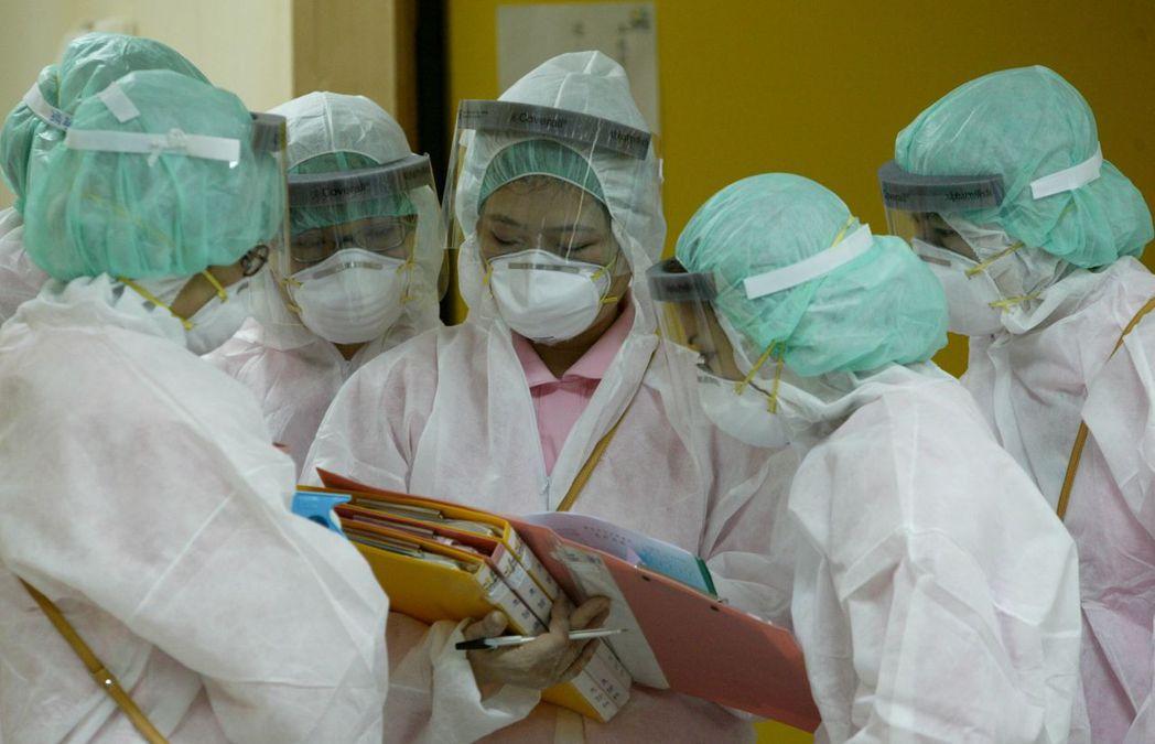 SARS時期,醫護人員穿上最嚴密的防護衣來隔離。 報系資料照 記者曾吉松/攝影