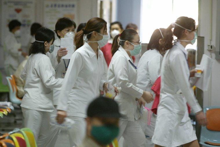 護士上班時全體都戴上了口罩 報系資料照 記者邱德祥/攝影