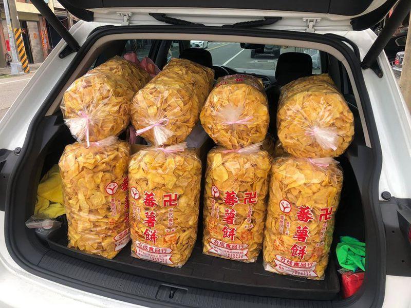 有網友南下怒掃一整個車廂的蕃薯餅。圖/Facebook
