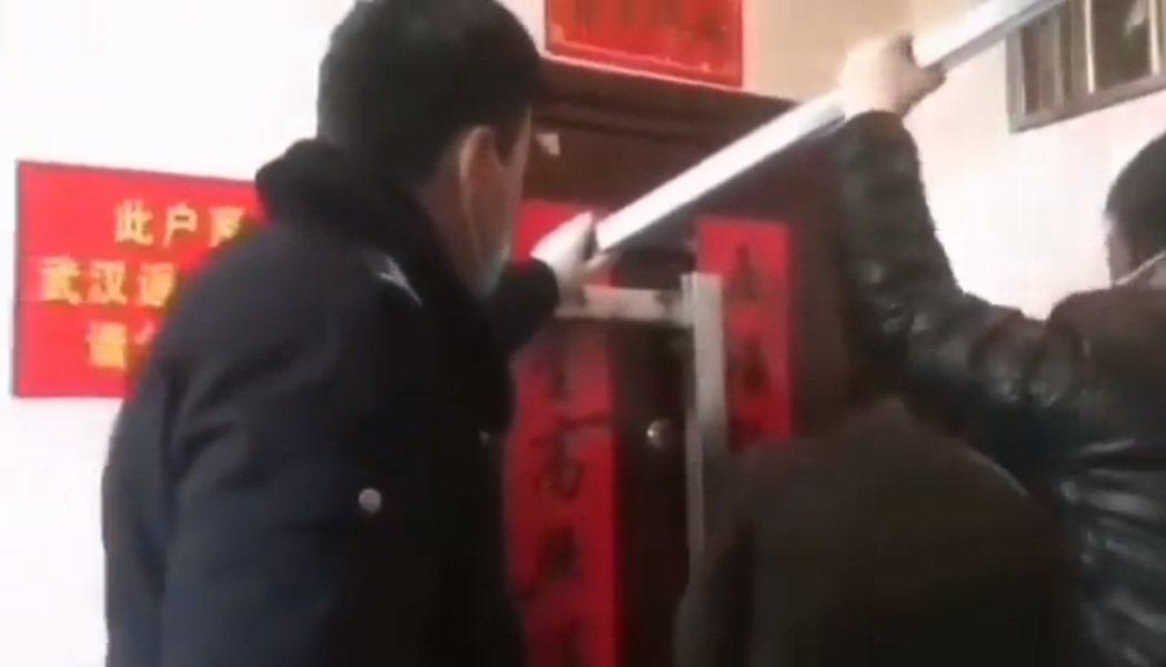 來自武漢的民眾門窗被鐵條封死。 圖/取自推特