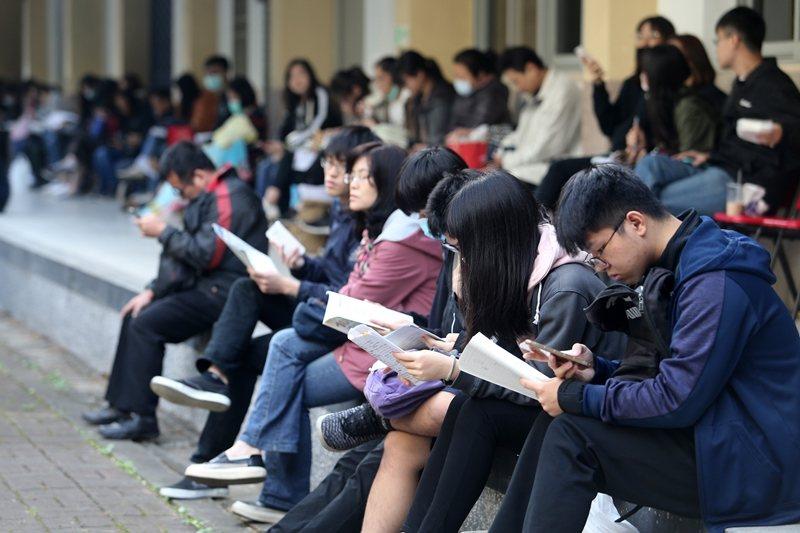中學的公民教育重點應該放在基本法治教育、面對爭議問題的公民思辨能力。 圖/聯合報...