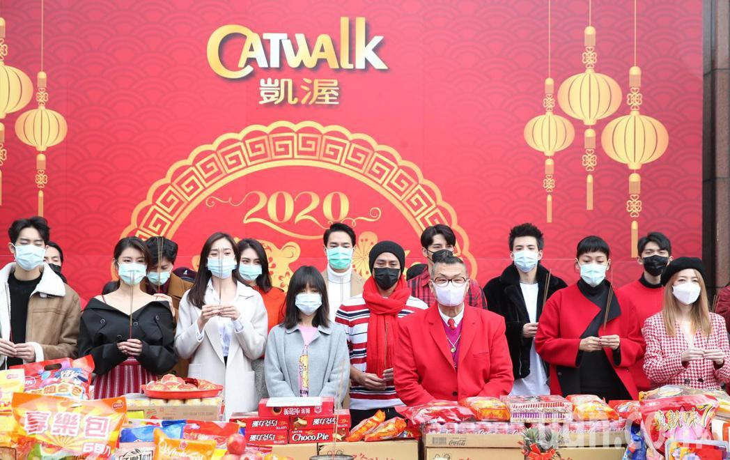 凱渥上午由時尚教父洪偉明(前排右三)率領眾星戴口罩舉行新春團拜開工儀式。記者侯永