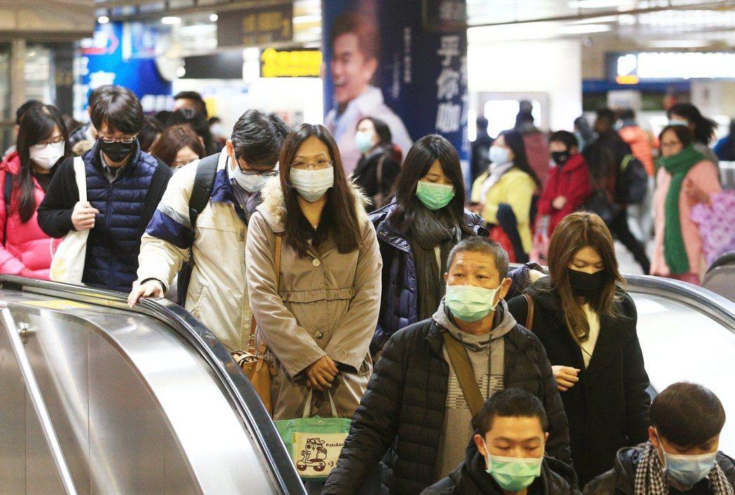 武漢肺炎疫情升溫,民眾紛紛戴上口罩防疫。本報資料照片