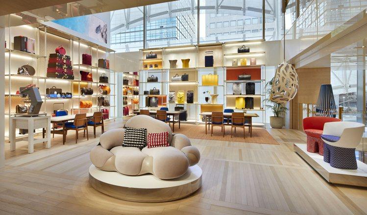 旅行箱和旅行藝術主題,是路易威登大阪御堂筋旗艦店夾層樓層的陳列。圖/LV提供