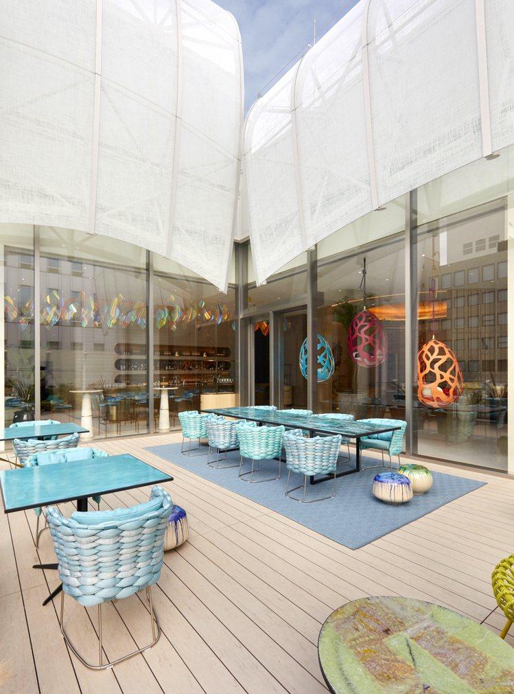 Le Café V咖啡廳的戶外空間相當迷人,在穹空下感受海洋城市的壯闊。圖/LV...