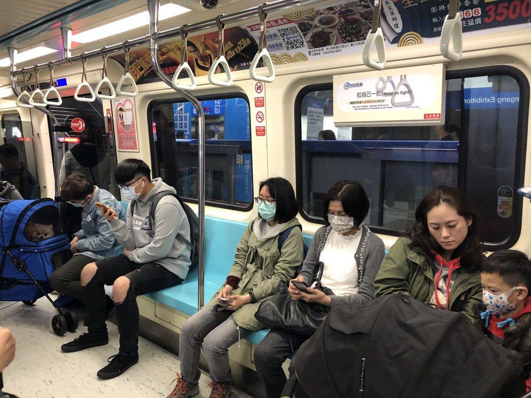 武漢肺炎疫情延燒,大家都戴口罩。記者何定照/攝影