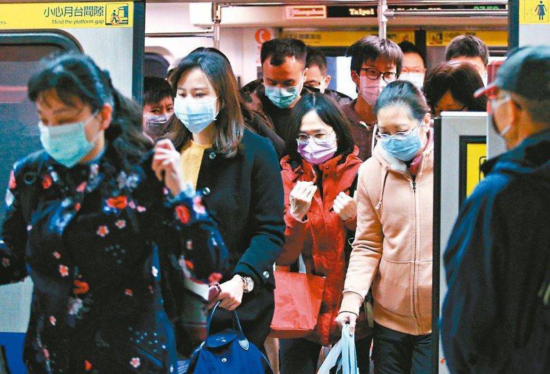 衛福部最新影片呼籲健康民眾搭乘大眾交通工具時不需要戴口罩,結果引起網友一片罵聲。 圖/聯合報系資料照片