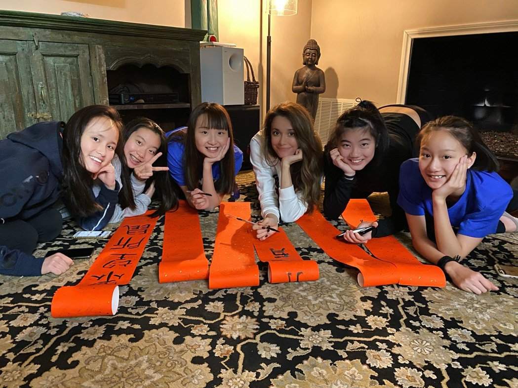 瑞莎(右三)與台灣選手們在異鄉感受過年氣氛。圖/蓉億娛樂提供
