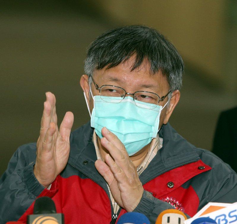 台北市長柯文哲表示武漢肺炎未來一周是關鍵,他也戴起口罩受訪。記者曾吉松/攝影