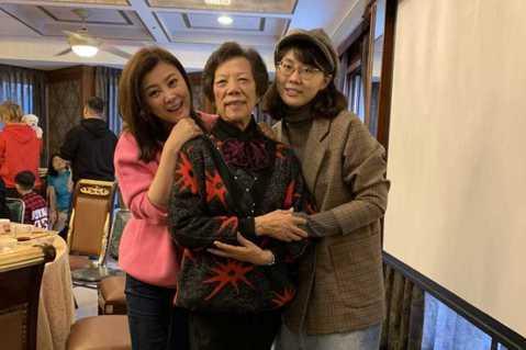 方馨在TVBS「女力報到小資女上班記」中飾演霸氣女總裁,但戲外面對家人仍展現柔情一面,過年期間與家人團聚,還首次收到女兒包紅包給她,讓她感動表示:「我很感動也很驕傲。」24歲的女兒去年畢業開始工作,...
