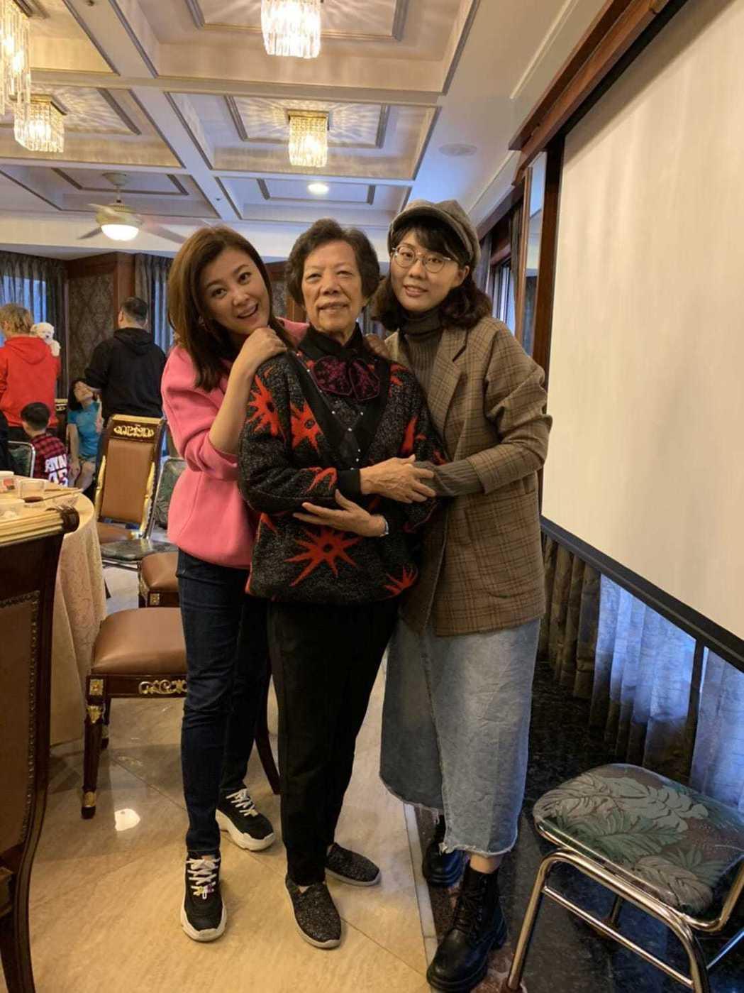 方馨(左)與家人過年負責當「吃貨」。圖/TVBS提供