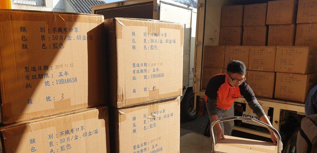 口罩進口貿易商林明呈說,口罩外包裝或箱子外觀都有列保存期限,5年就要丟。記者游振...