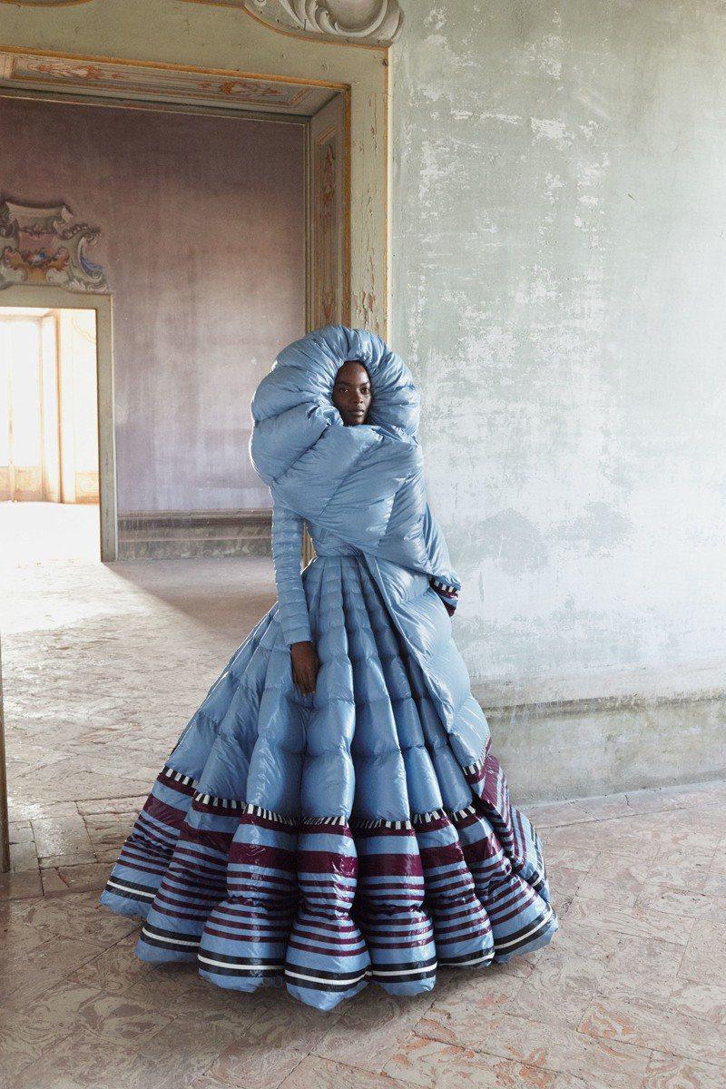 MONCLER Pierpaolo Piccioli系列藍色款,之前陳慧琳曾在演唱會中詮釋。圖/MONCLER提供