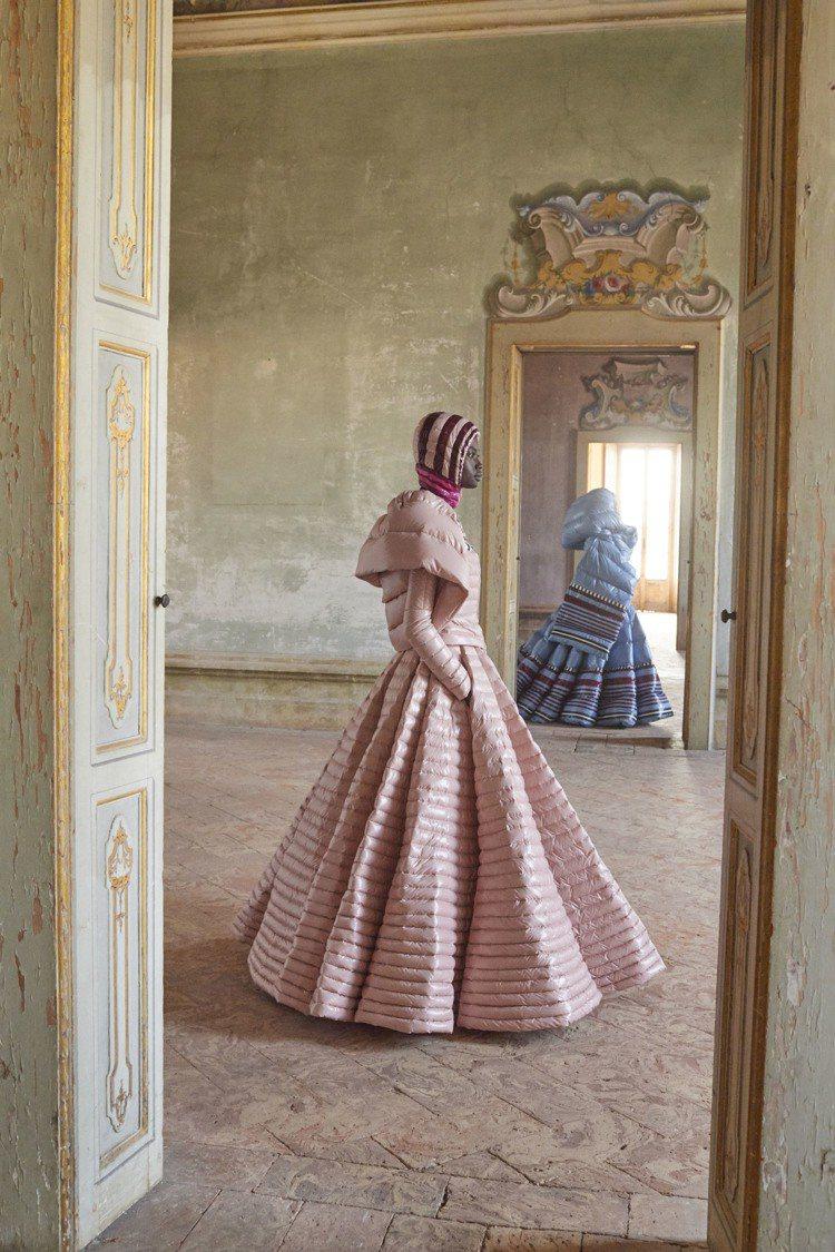 舞會長裙搭配連帽短夾克、雕塑感的斗篷,MONCLER Pierpaolo Pic...