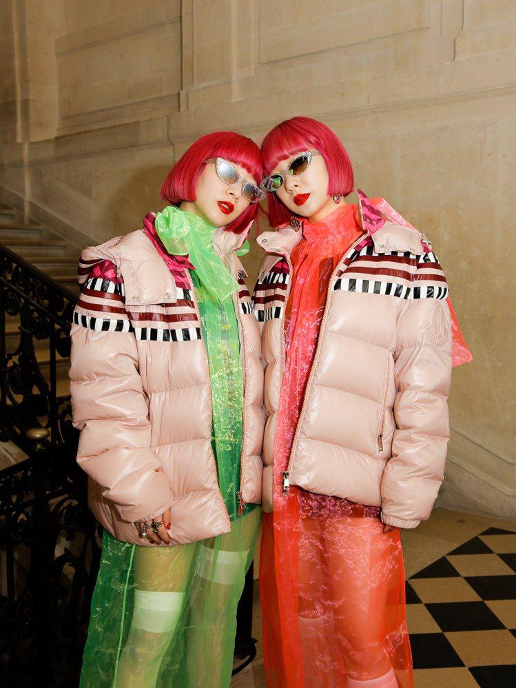 日本雙胞胎模特兒鈴木姐妹穿著MONCLER Pierpaolo Piccioli...