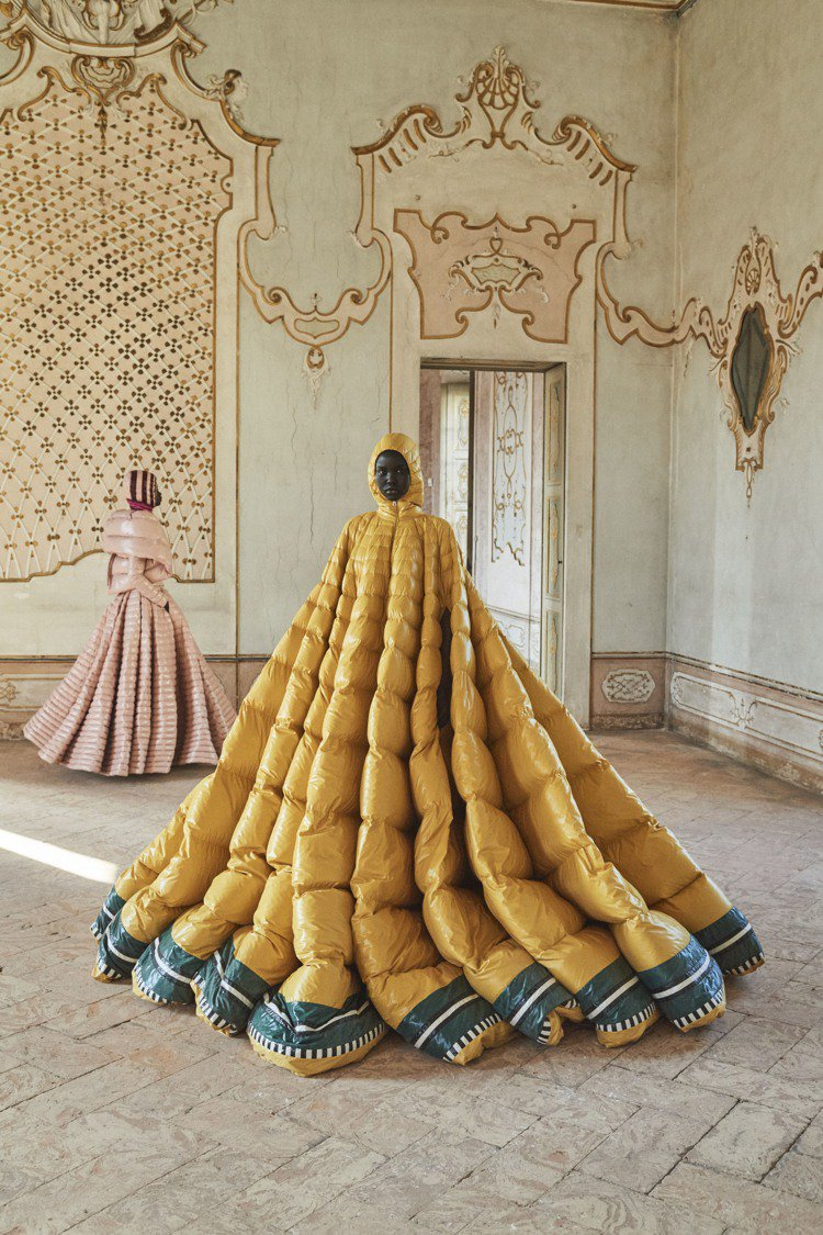MONCLER Pierpaolo Piccioli系列選用霧面尼龍為材質,帶來...