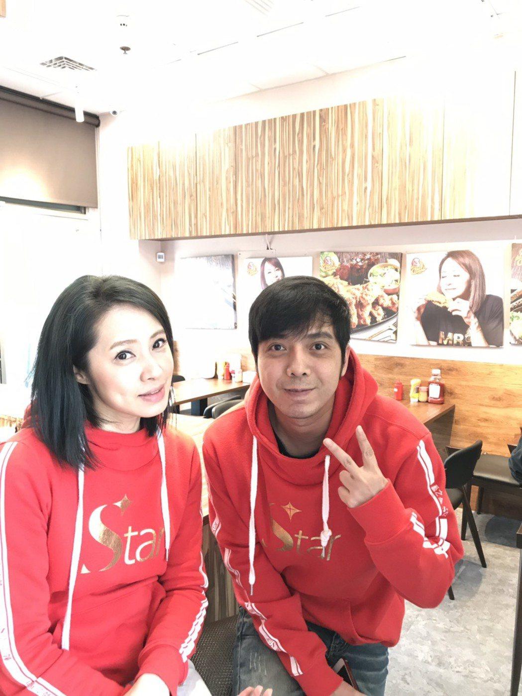 小炳(右)在洪百榕的炸雞店裡端盤子當服務生。記者葉君遠/攝影