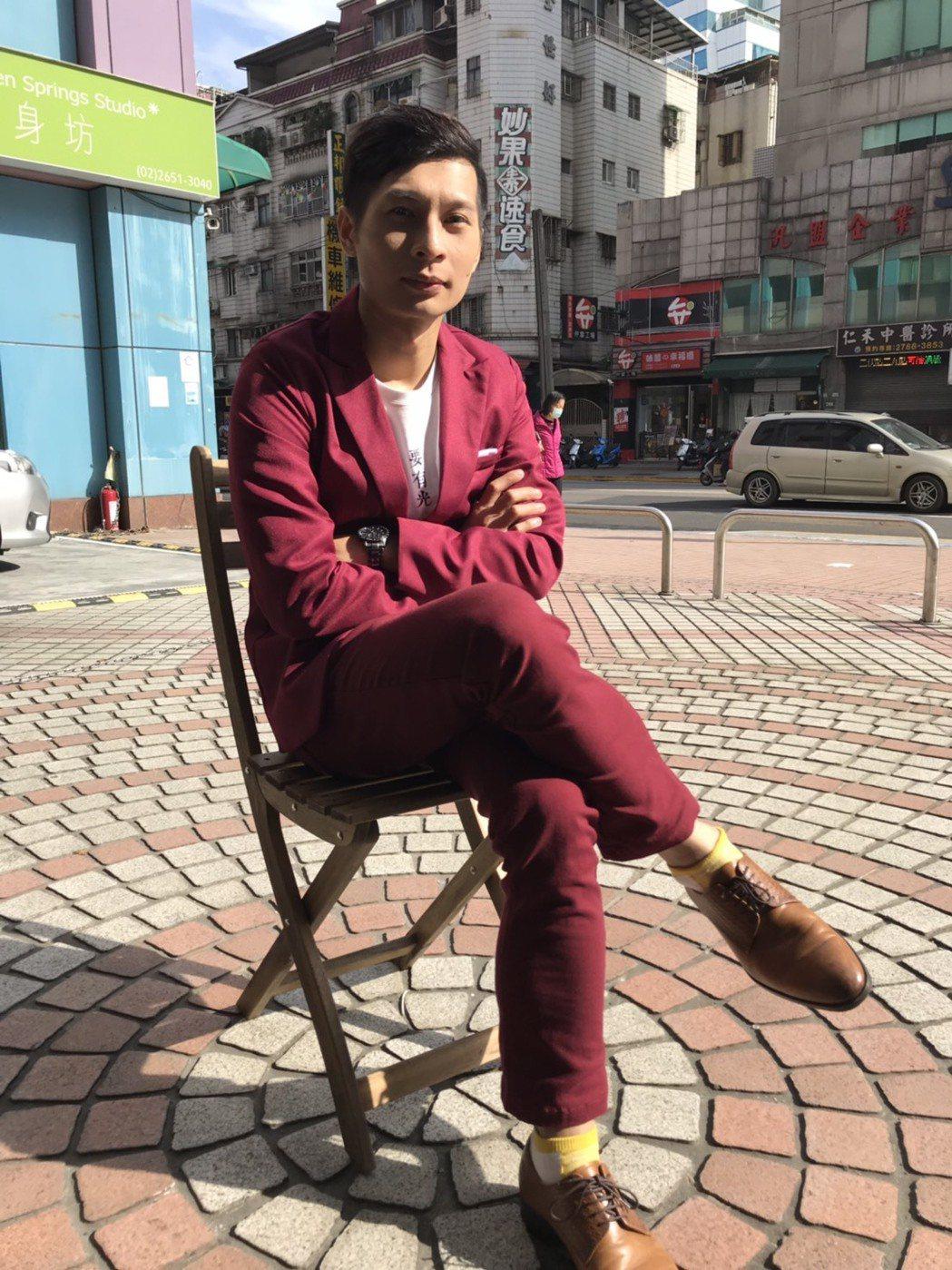 逸祥因為紅蟳事件被觀眾熟知,專訪時又穿了一身紅,他說以後懂得跟長輩應對進退,不會...