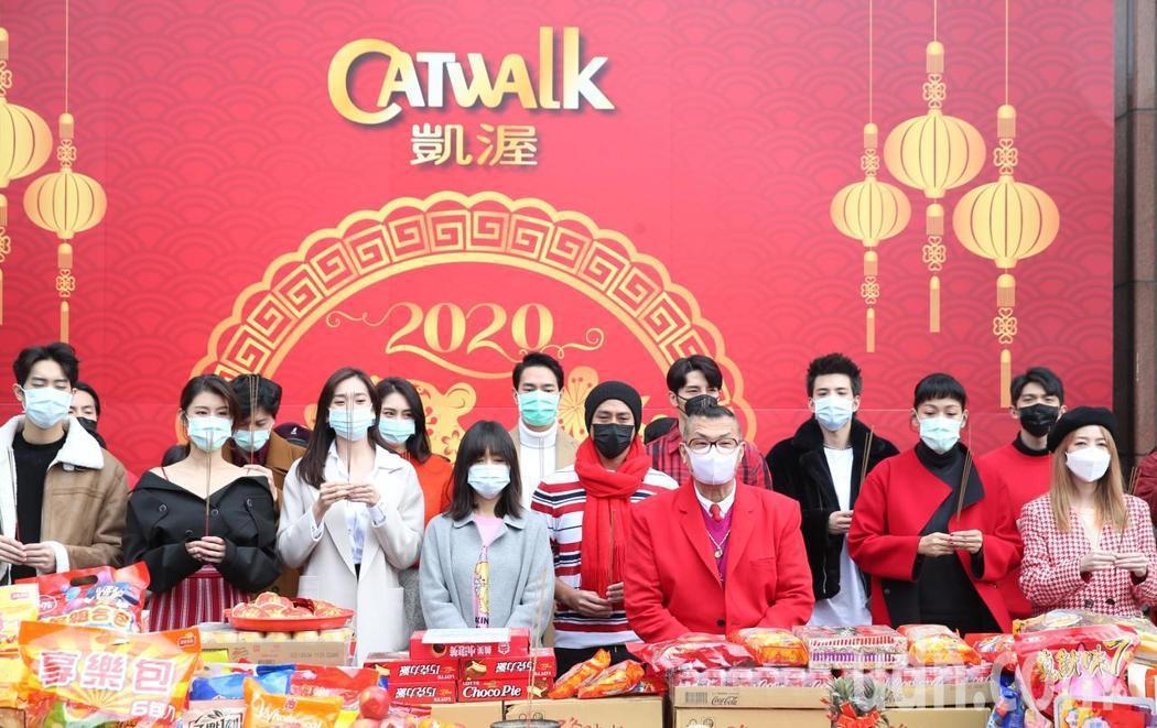 凱渥上午由時尚教父洪偉明(前排右三)率領眾星戴口罩舉行新春團拜開工儀式。記者侯永...
