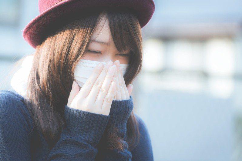 戴口罩時,該怎麼化妝呢?圖/摘自pakutaso