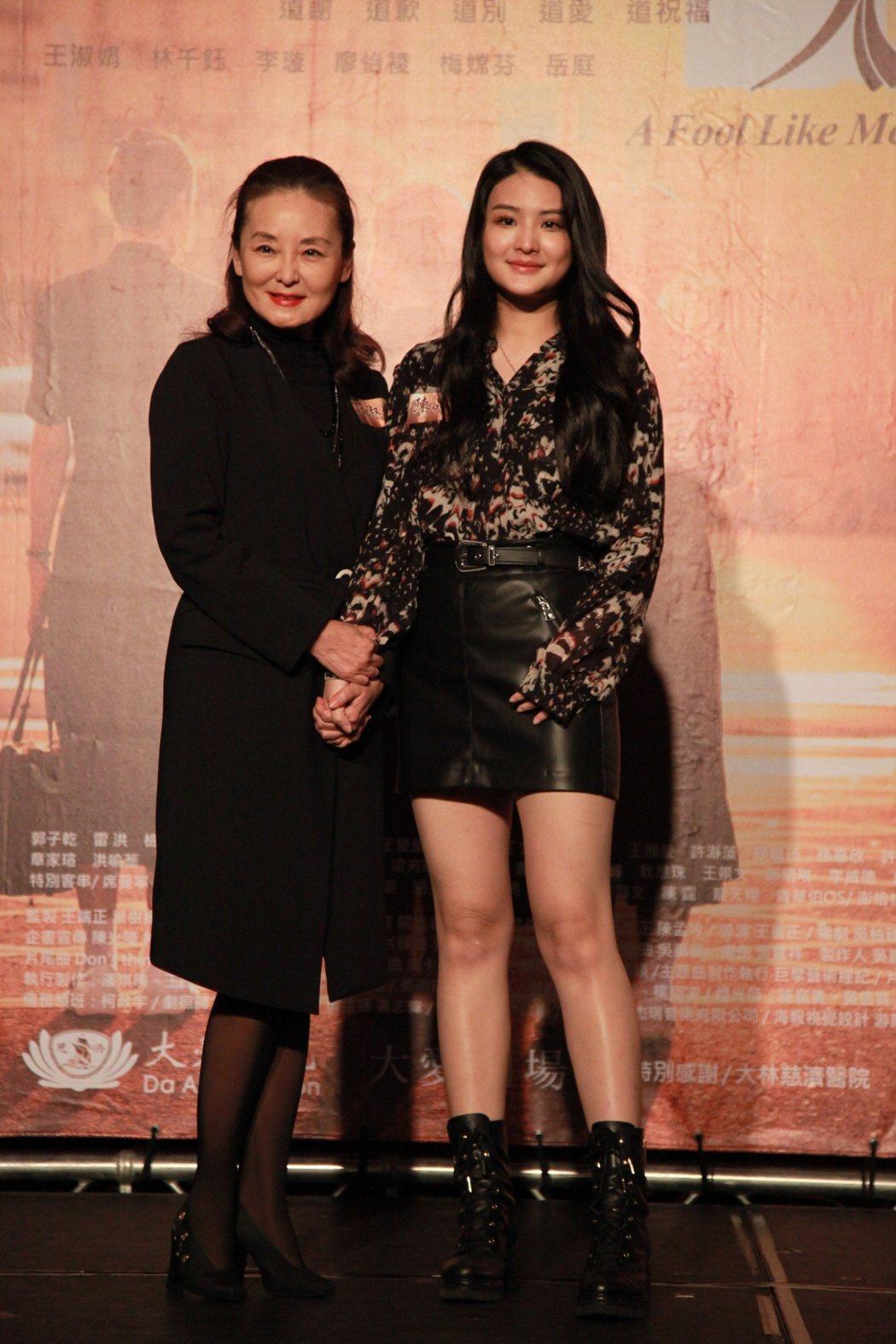 王淑娟(左)、陳品兒在「大林學校」中分別演出富美師姐青年、少女時代。圖/大愛提供