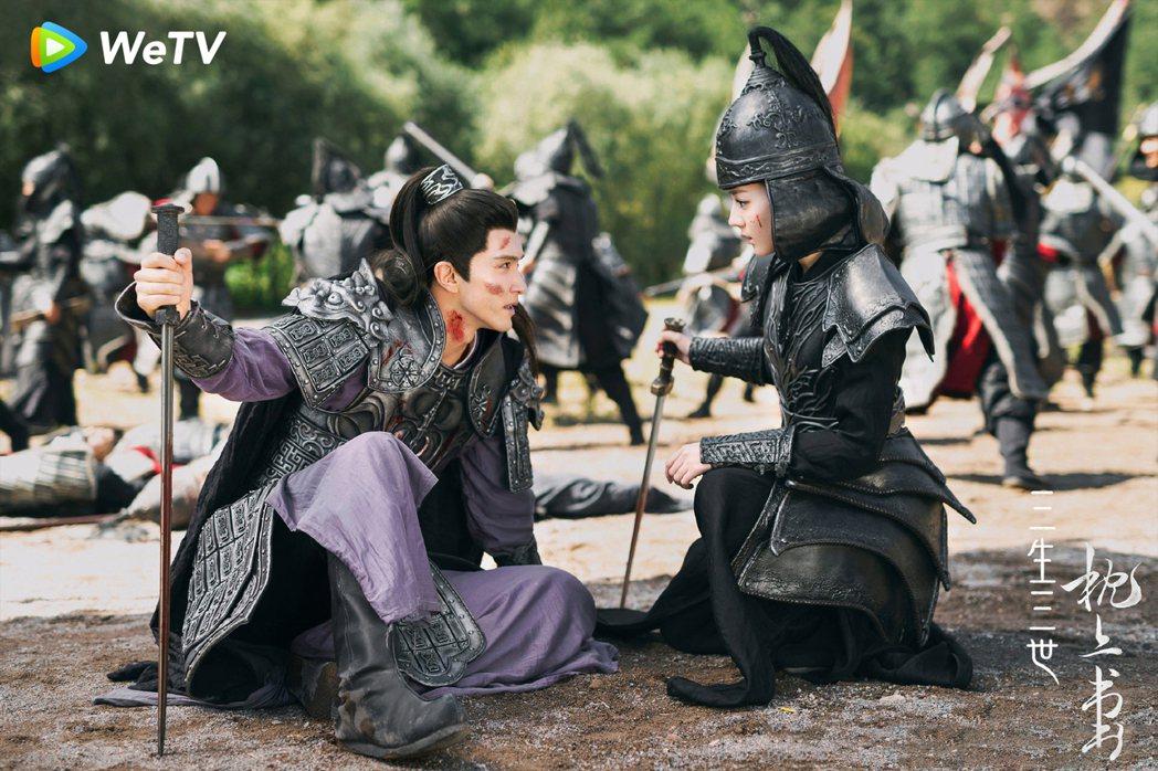 迪麗熱巴(右)劇中扮男裝救高偉光。圖/WeTV提供