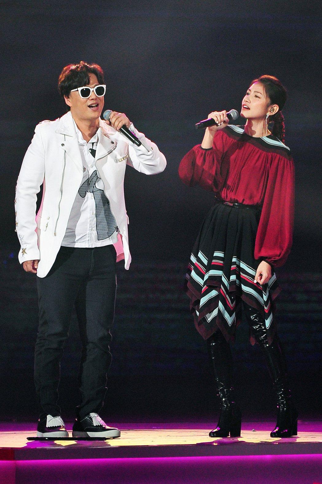 蕭煌奇(左)和李千那創台視「紅白」收視最高點。圖/台視提供