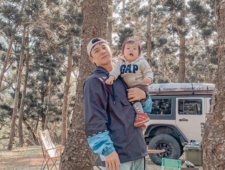 竇智孔(左)幫小兒子大仁辦抓周。圖/故事工廠提供