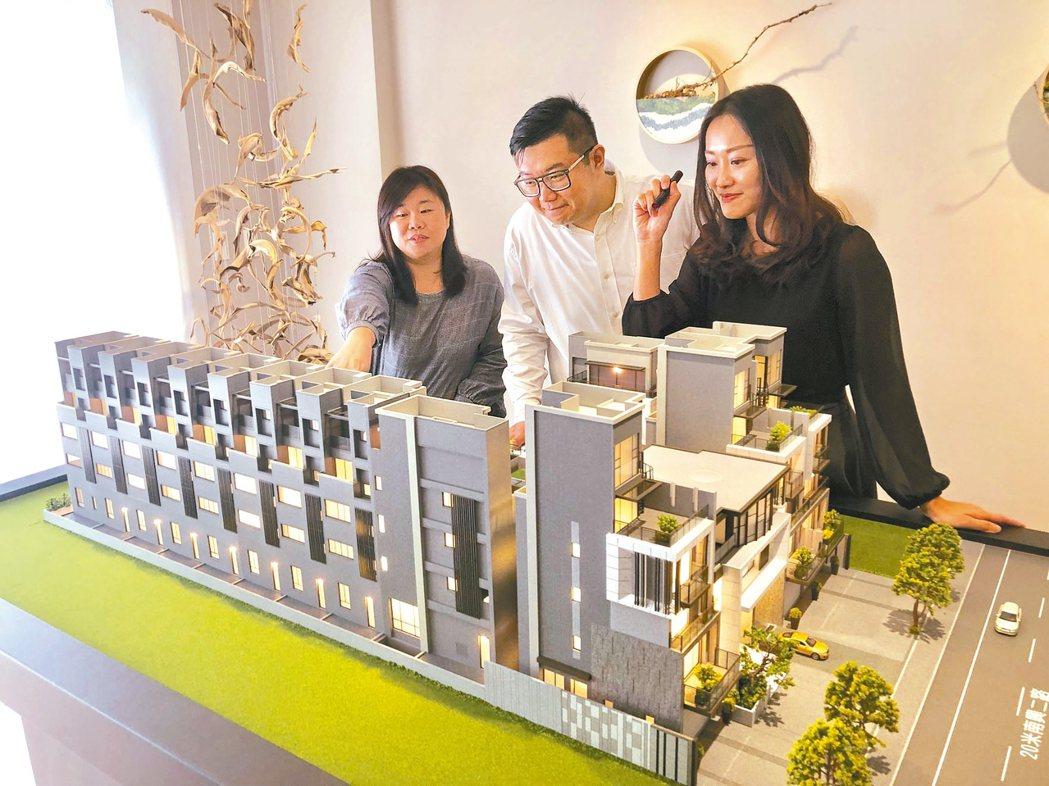 國內房市去年升溫,國銀的房貸餘額與建築融資去年雙雙大幅成長,而房市交易量增價漲也...