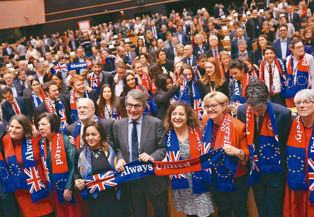 歐洲議會廿九日表決通過英國脫歐協議,舉行投票前議會舉行儀式,議長薩索利(前排中)...